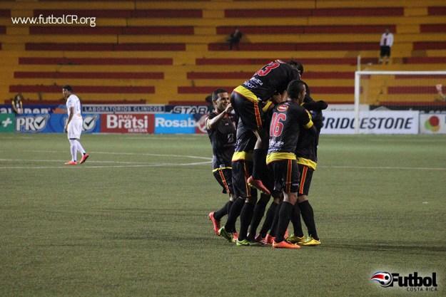 Jugadores de Belén celebran el segundo gol del encuentro ante la Liga por Esteban Santana.