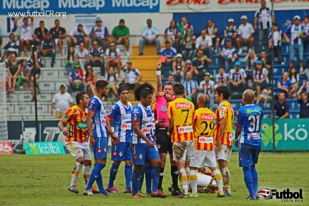 El central Henry Bejarano expulsó a Víctor Núñez y a Carlos Hernandez en una muestra de que su arbitraje se le salió de las manos.