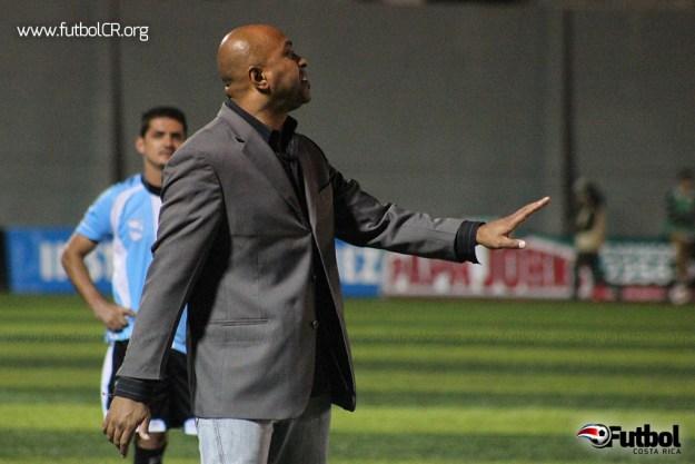 Mauricio Wright habla con el árbitro tras su expulsión mientras sale del campo.
