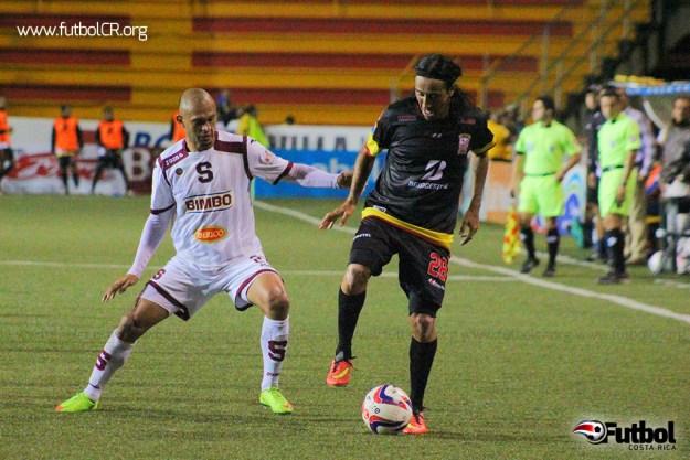 Heiner Mora y José Cancela, baluartes en el medio de ambos equipos, lucharon por el balón durante el segundo tiempo del juego.