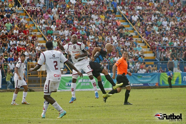 Machado y Rodríguez disputan un balón ante la mirada de cientos de aficionados que llenaron el Estadio Municipal. Foto: Andres Mora para Futbol Costa RIca