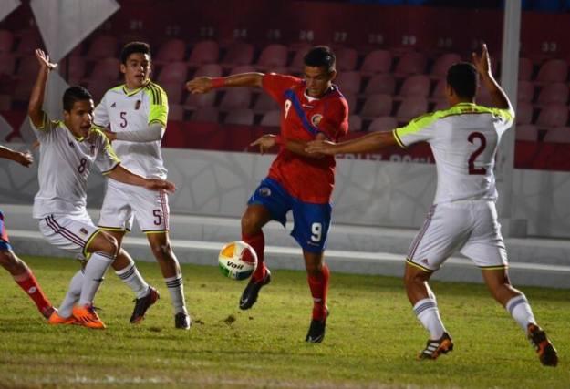Francisco Rodríguez conduce el balón con la marca de tres venezolanos. Foto: Fedefutbol
