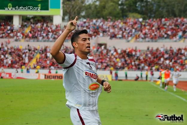 Ariel Rodríguez celebra el segundo del juego, al cierre.