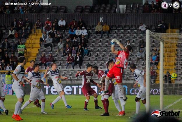 Jara le sale mal a la pelota y se 'come' un gran cobro de esquina de Mariano Torres(fuera de foco). Foto: Steban Castro
