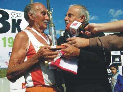 Roberto Cabrera recibiendo del ex Intendente Giachetto la bandera de Florida