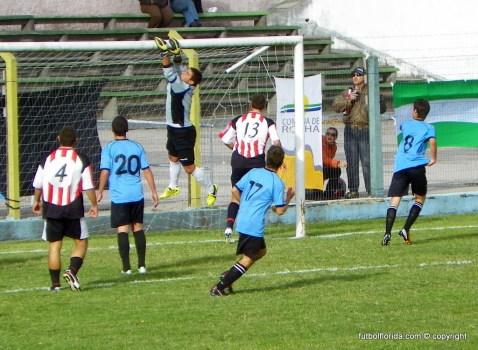 Al córner - el golero de Rocha manda el balón al corner