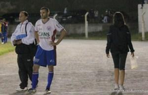 Gonzalez -expulsado- espera el final del partido sin que el 4to árbitro se percatara de la situación