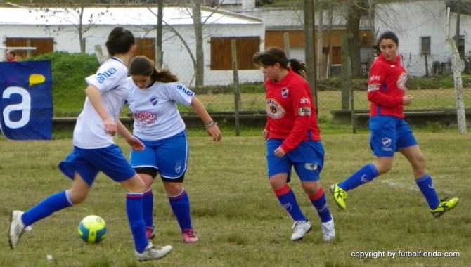 Valeria Devitta de Florida maniobra con pelota marcada por una tricolor maragata