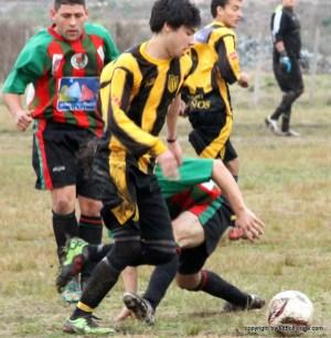 Martinez de Peñarol es marcado por Donatello Parris