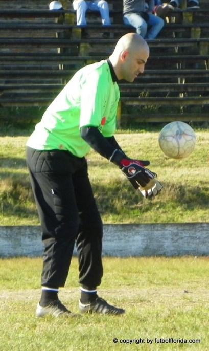 Melian detiene el balón con comodidad