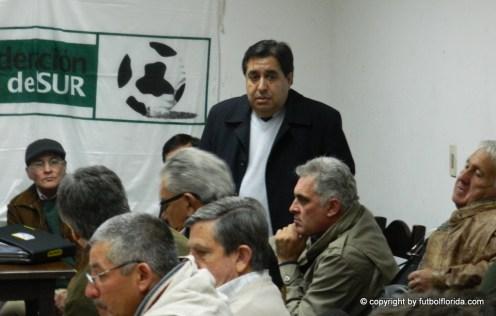 Rodriguez Barcos explicando los términos de la negociación. A su lado bares y Mosegui