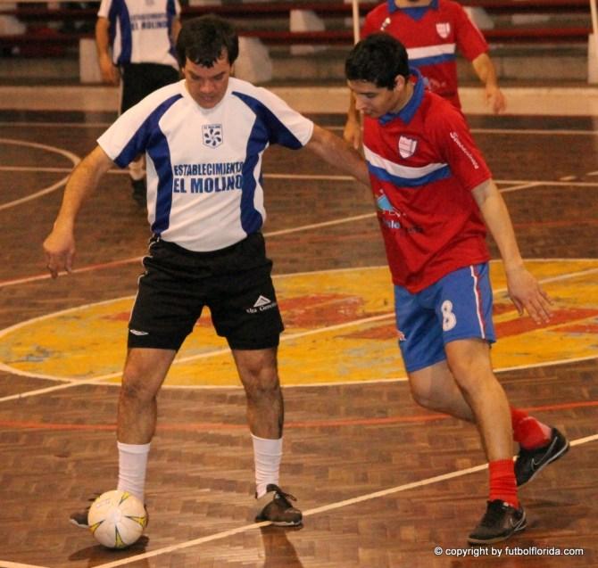 Alvaro Gonzalez de Velsen cubre la pelota de la marca de Ignacio Colombo de Intependencia