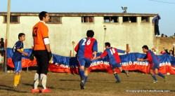 """Los """"Santos"""" celebran el gol de Carrasco. Fue el del triunfo que los dejó casi casi..."""