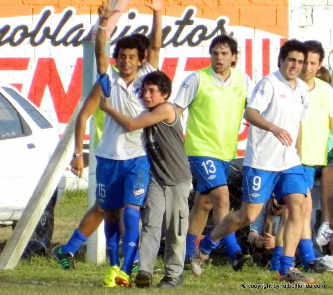 Larrosa festeja el gol con un hincha tricolor. Fue el tanto que le dio el titulo a los tricolores. Foto Fanny Ruétalo
