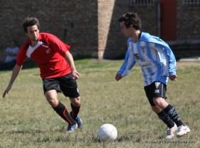 Llanes quiere quitarle el balón a Figueredo