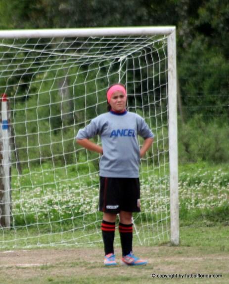 Gimena Caetano también juega de golera. foto Fanny Ruétalo