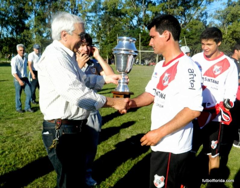 Bello le entrega la copa a Fernandez
