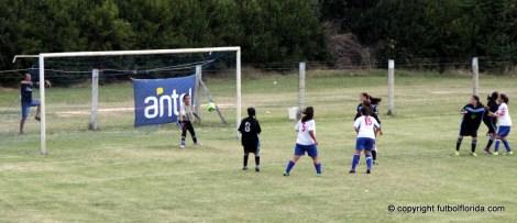 Romina Alanis ya cabeceó y la pelota va camino a la red. Era el 2do tricolor