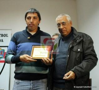 Mauricio Ferreri por su labor en La Vasco, fue elegido como el mejor DT de la B. Entrega el Pdte Gustavo Bello. Foto Fanny Ruetalo