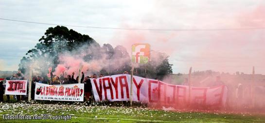 La hinchada local alentó pero puso una bandera que no va con el fútbol local. Foto Fanny Ruetalo