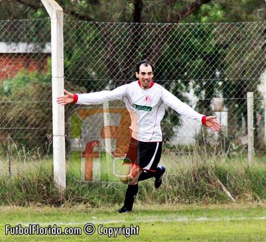 """Sebastián Martinez, celebra el gol de la victoria del"""" Treinta"""". Foto Fanny Ruetalo"""