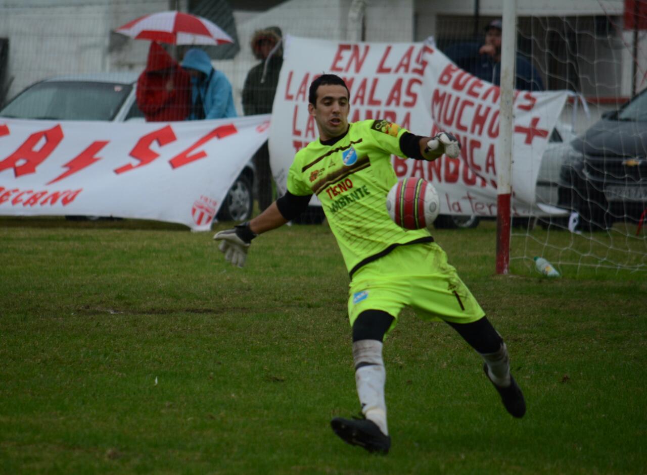El golero de Valdense fue el destaque del partido. Foto Ernesto Hornos