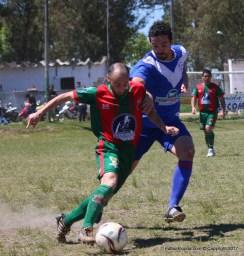 Mansulino lleva el balón marcado por Aguirre