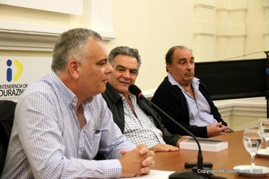 Los autores Cr Estevez y Maestro Pintos con flanquean al Intendente Vidalin.