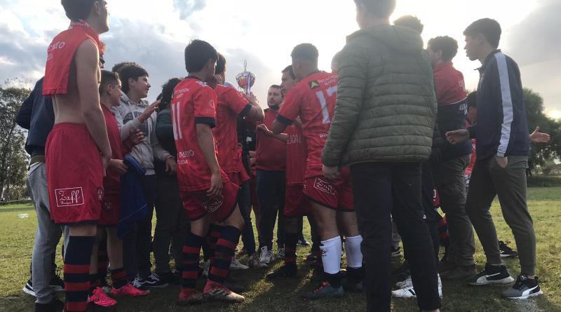 Atilio Pastorini le ofrece la Copa a Renzo Rizzo
