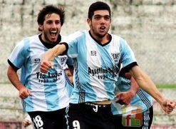 """El """"tabaco"""" Torres festeja desenfrenadamente su gol. Era la victoria albiceleste. Foto Fanny Ruetalo"""