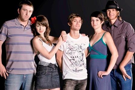 """Tile, a vocalista Cacá, Alec, Claudinha e Luli formam o """"Copa"""". Foto: ITO CORNELSEN"""