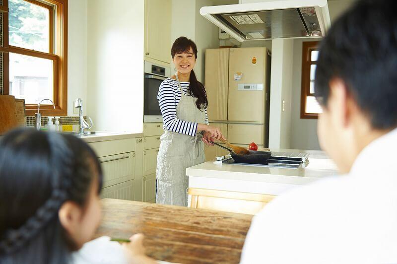 「食事を作るママの悩み」を調査! 困り事TOP3&リアルな意見も001