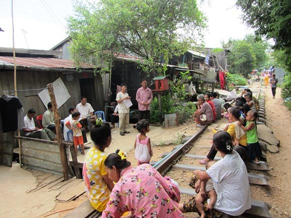 Residents in Rotes Pleng listen as the community leader discusses the community's map. Photo: Meng Cheang