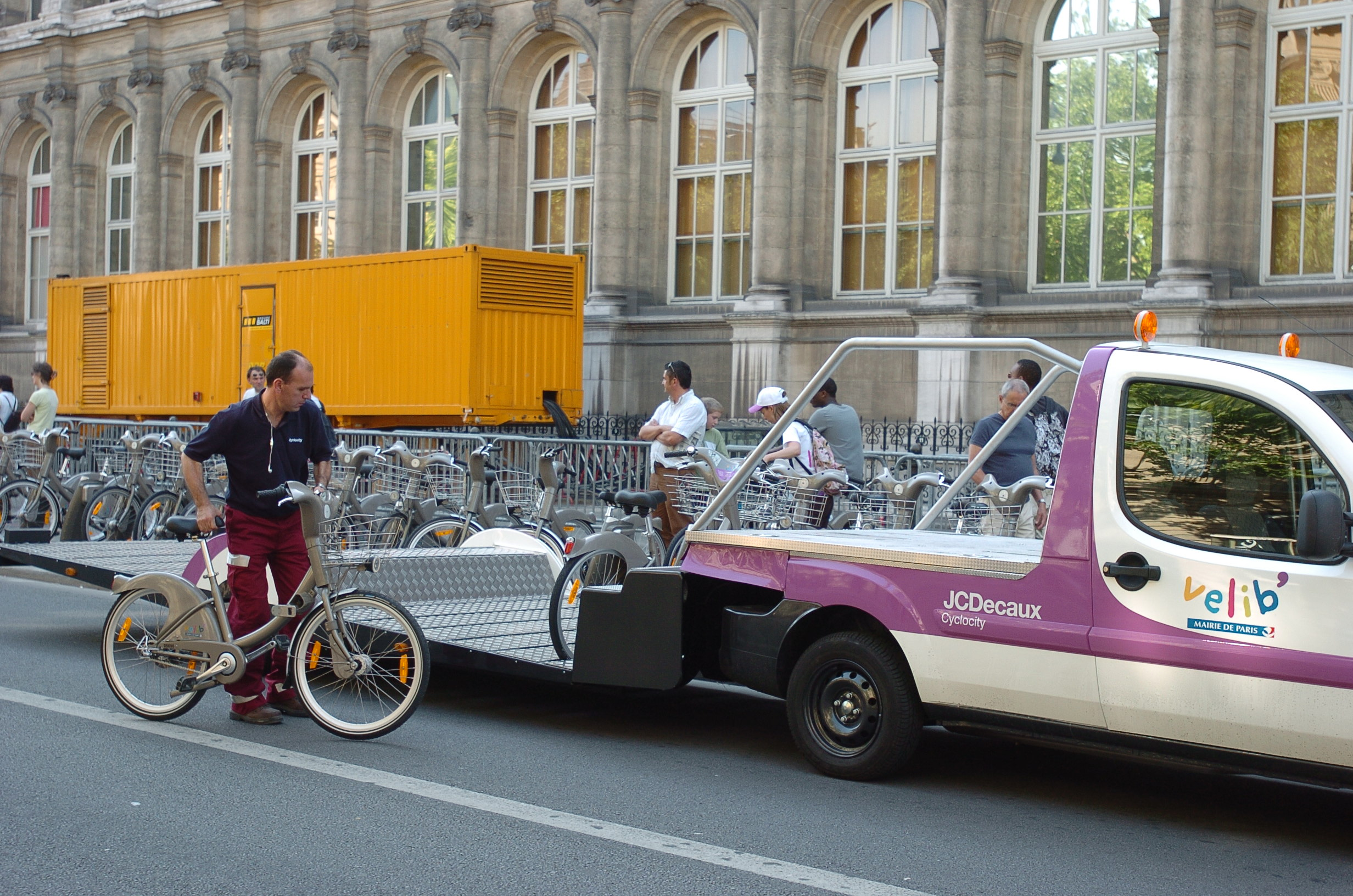 A Vélib' engineer regulating the stock of bicycles available. Credits: Mairie de Paris, 2012!