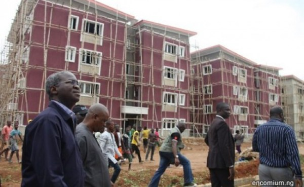 Governor Babatunde Fashola being conducted round a Lagos HOMS project
