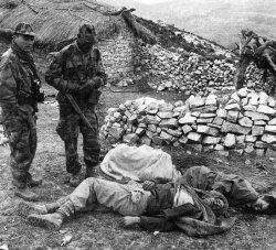 Fransız askerleri ve öldürdükleri Cezayirli direnişçiler