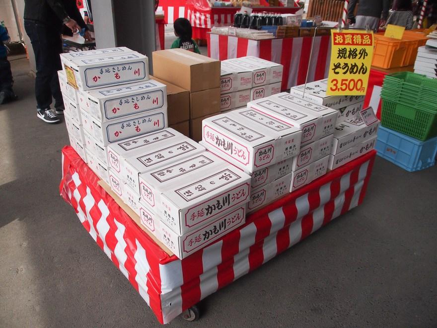 かも川手延索麵 直売所における麺祭りでのB級品販売