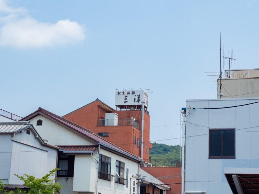 お多津:坂本前から三洋旅館を望む