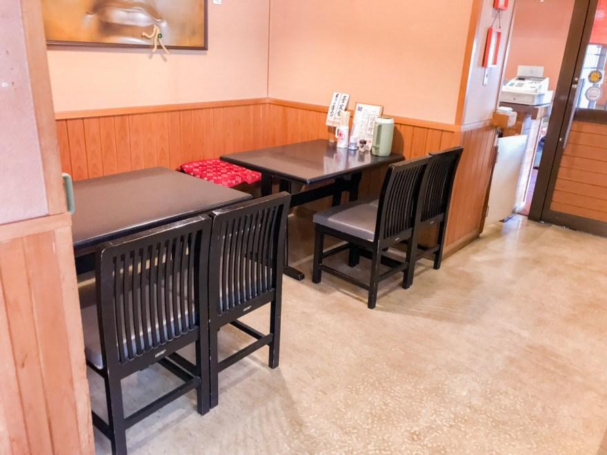 お多津:店内のようす テーブル