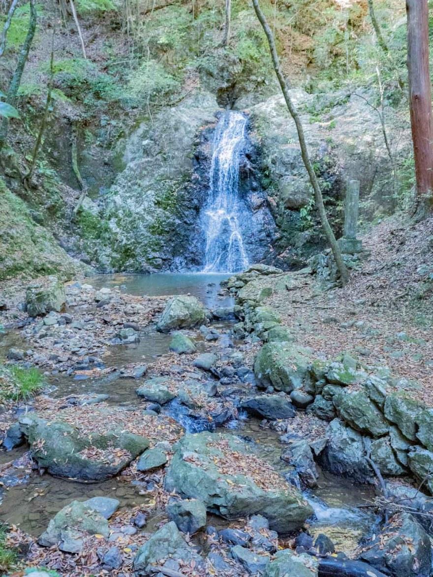 血洗の滝・血洗滝神社:血洗の滝と滝から流れる川
