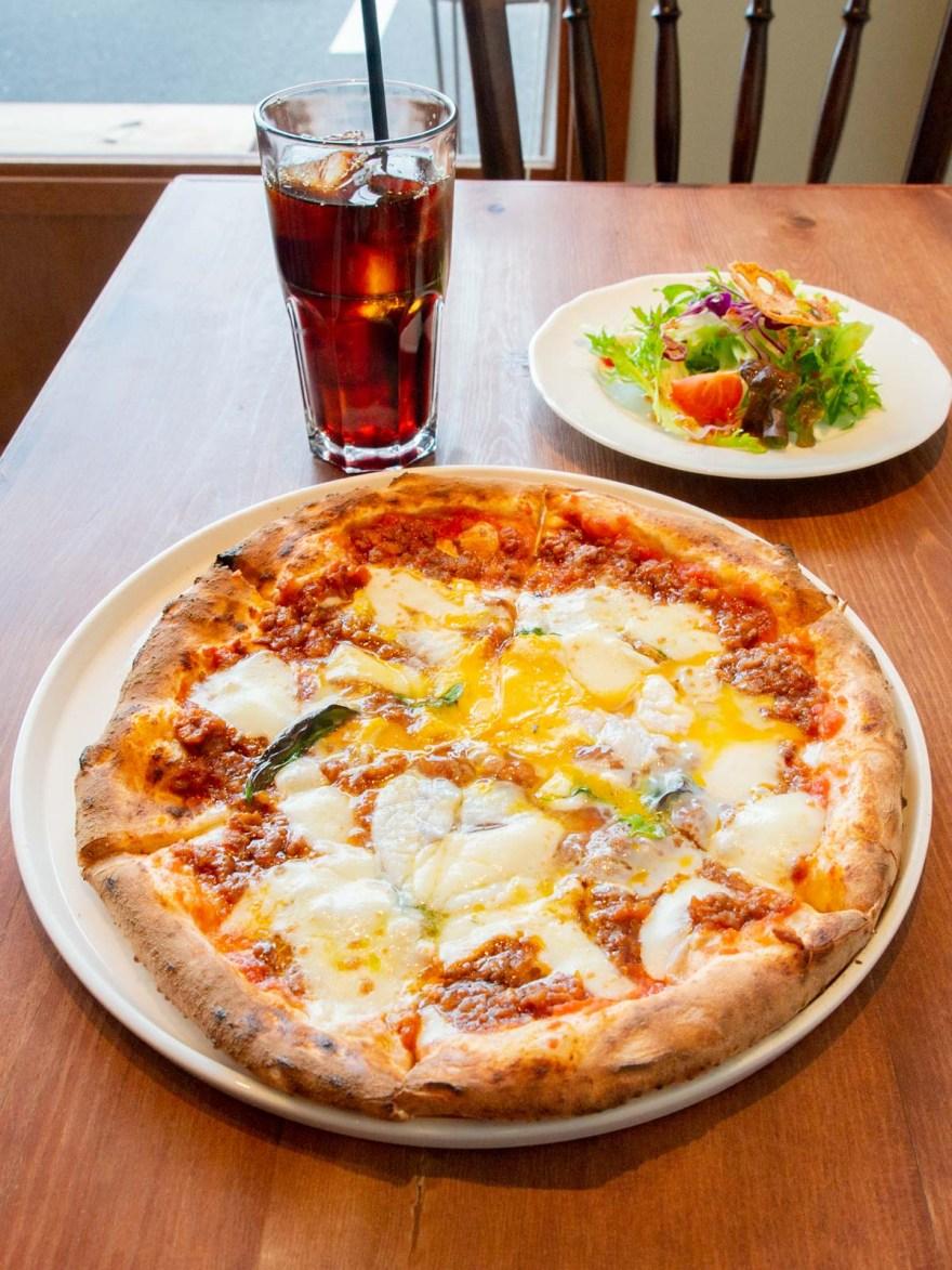 チェルキオ:自家製ミートソースと半熟たまごのピザ