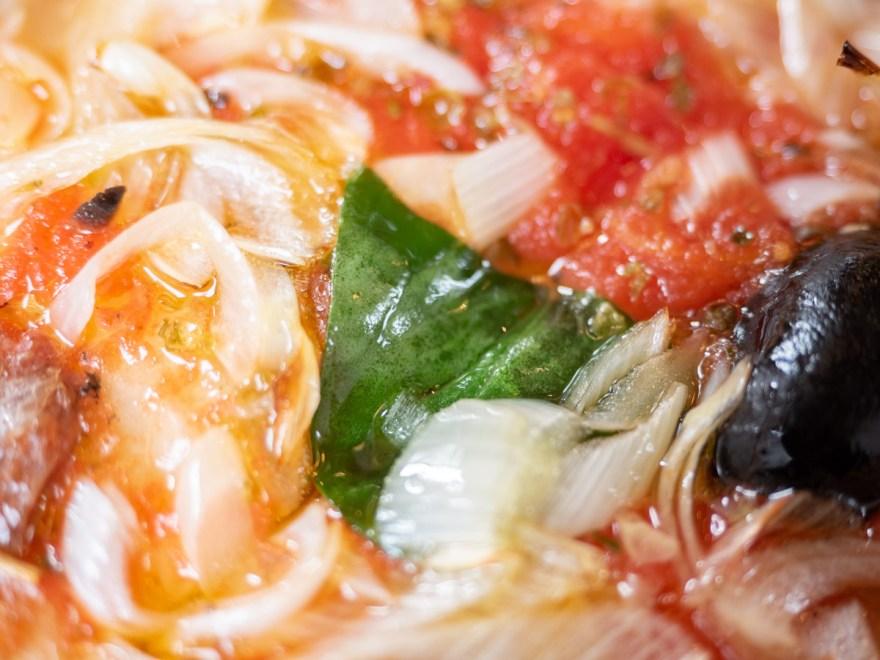 チッチョ:総社産白ネギとアンチョビとオリーブのマリーナサラダのピッツァ