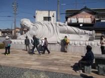 10mの涅槃仏に興味津々