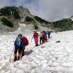 大雪渓にて(雪面は波上に固まっており歩きにくい)