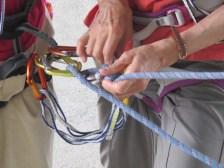 登山道側のロープバックアップが完了したら仮固定を解く。