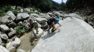 登山靴で岩を登ります