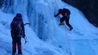 ルンゼの小滝を登る