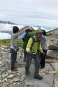 笠ヶ岳山荘に到着したメンバーをアーチで出迎え