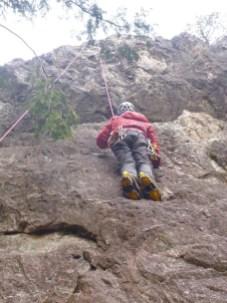 頂上付近の岩場はトップロープで登る