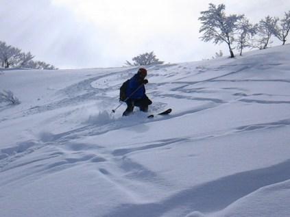 気合を入れ新雪滑降
